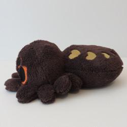 Peluche araignée de profil, avec des cœurs dorés sur le dos et des yeux orange
