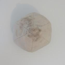 La peluche en forme de goutte avec deux yeux, de dessus