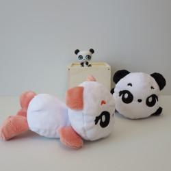 Suggestion de présentation : une peluche panda orange et blanche et une peluche panda noire et blanche